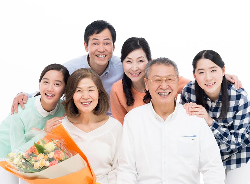 大勢の家族写真のイメージ