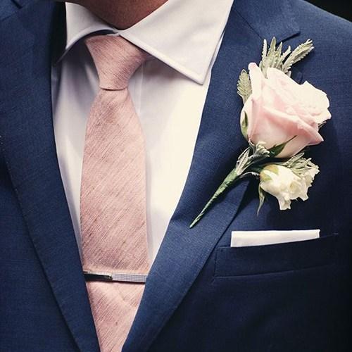 ピンクのネクタイをしている男性