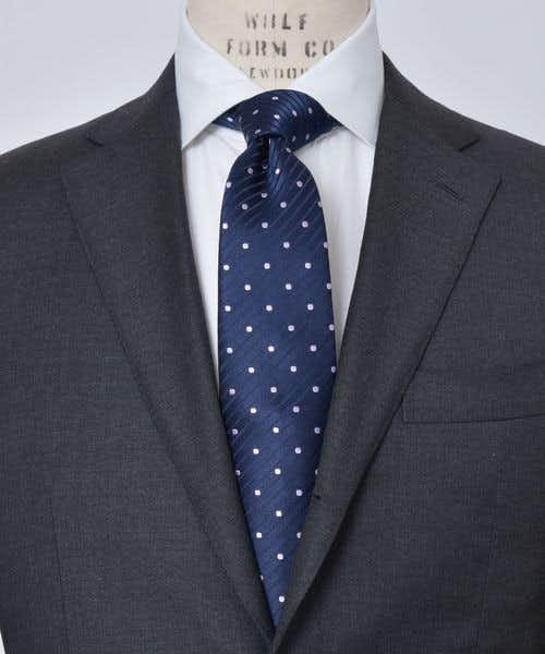 ドット柄のネクタイをしているマネキン