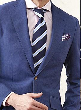 ストライプ柄のネクタイをしている男性