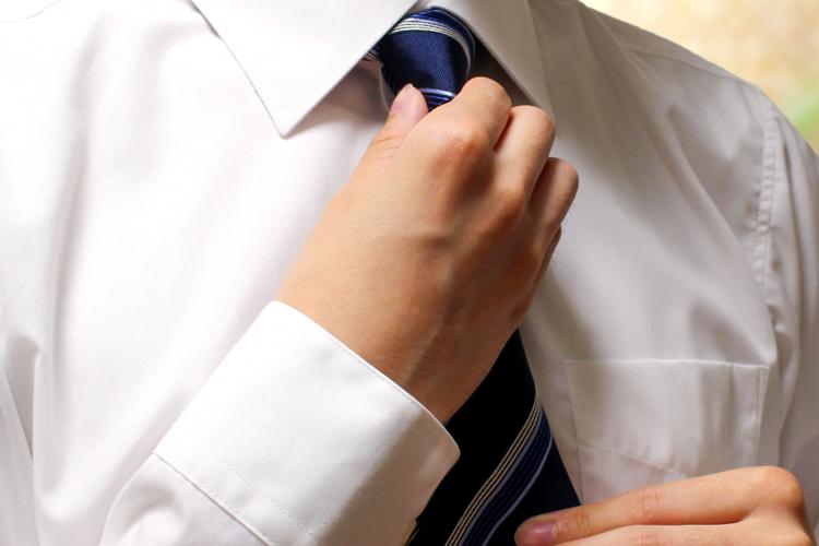 ネクタイを結んでいる状態