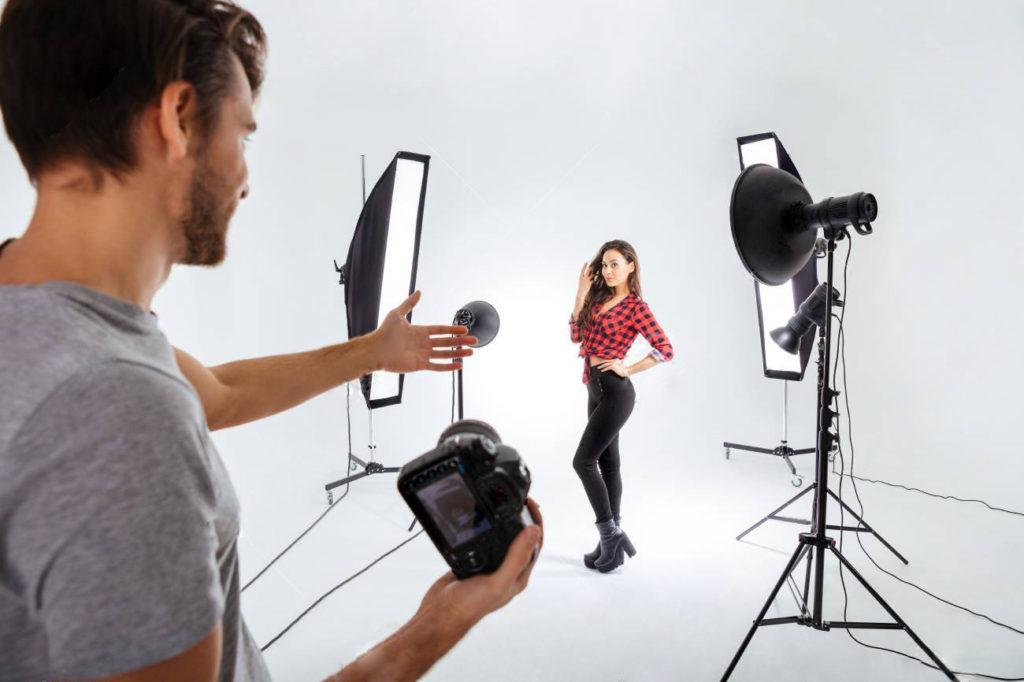 写真スタジオで撮影をする様子