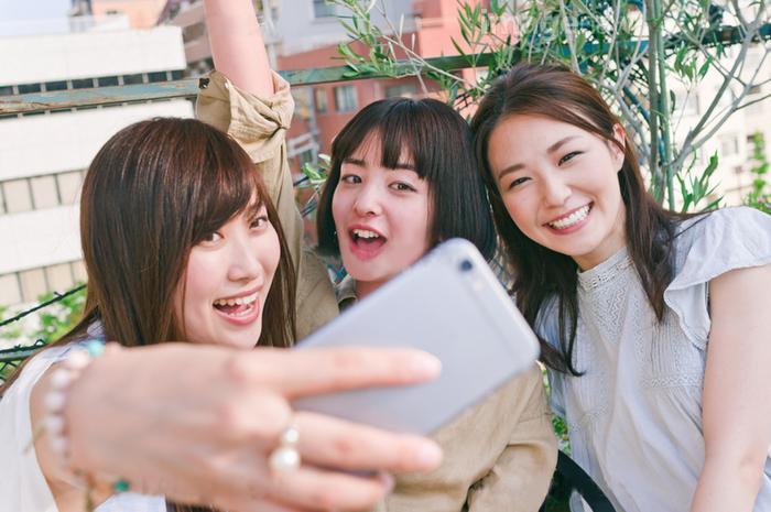 友達と自撮りする女性