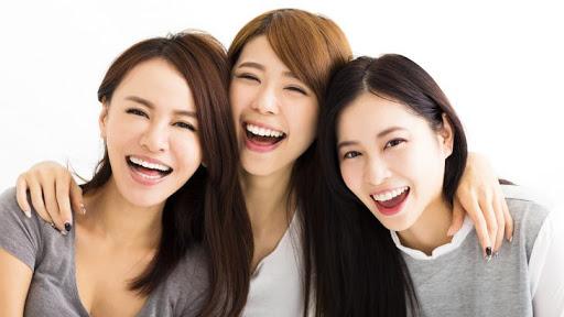笑顔の女性3人組