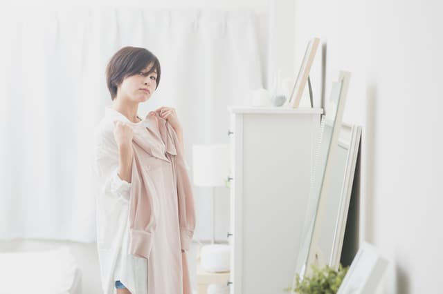 パトリック大阪のオーディション(宣材)写真 オーディション(宣材)で受かる写真のコツをお伝え オーディションの服装を選ぶ女性