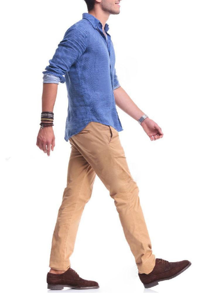 カジュアルな服装で歩く男性