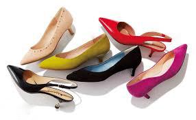 靴を履く女性 靴を選ぶ女性