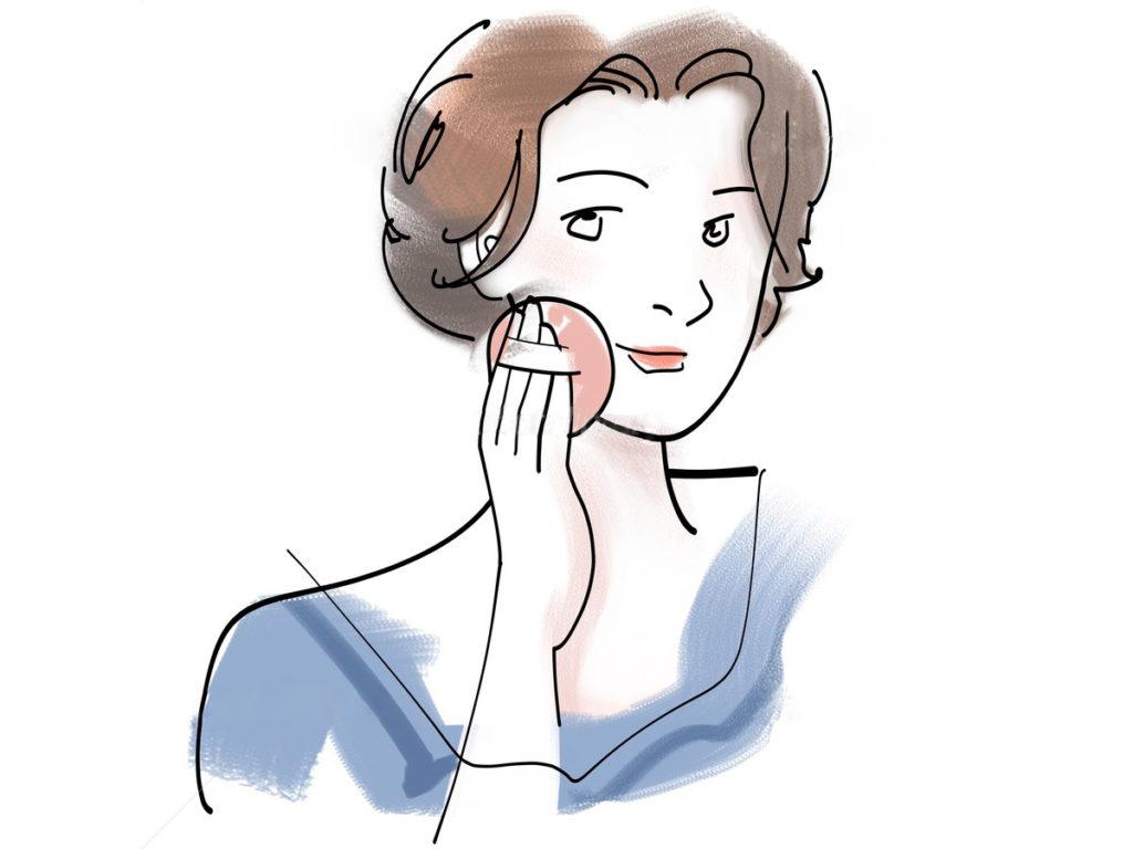 ベウダーを顔にぬる女性