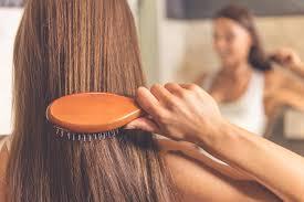 くしで髪の毛を梳かしている女性