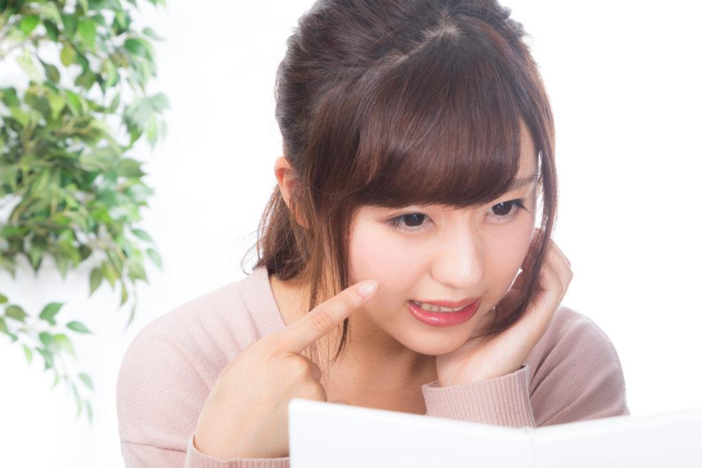 顔の周りニキビの原因 顔周りのニキビを気にしている女性