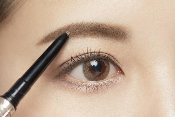 眉毛を整えてる女性