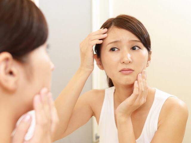 スクラブの正しい使い方:肌荒れを気にする女性