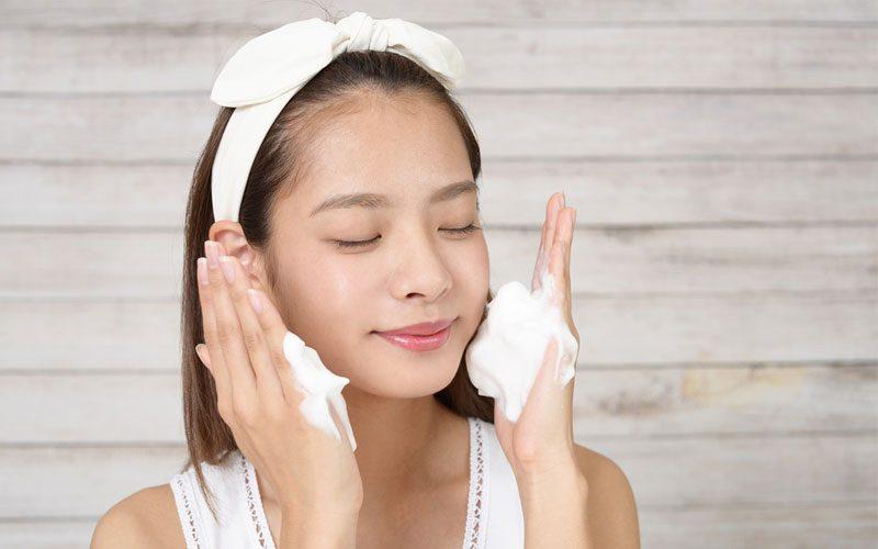 泡洗顔をする女性