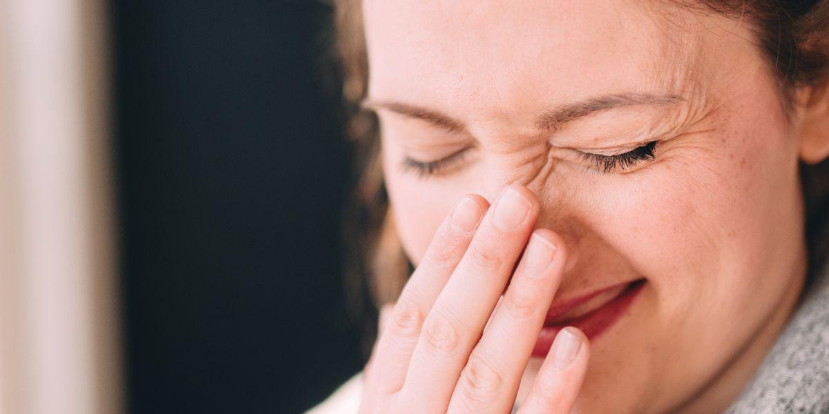 鼻にニキビ(吹き出物)が出来て困っている女性
