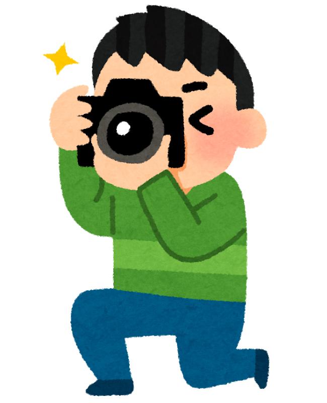 カメラを使って撮影する男性