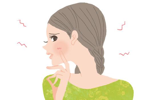 肌を触っている女性