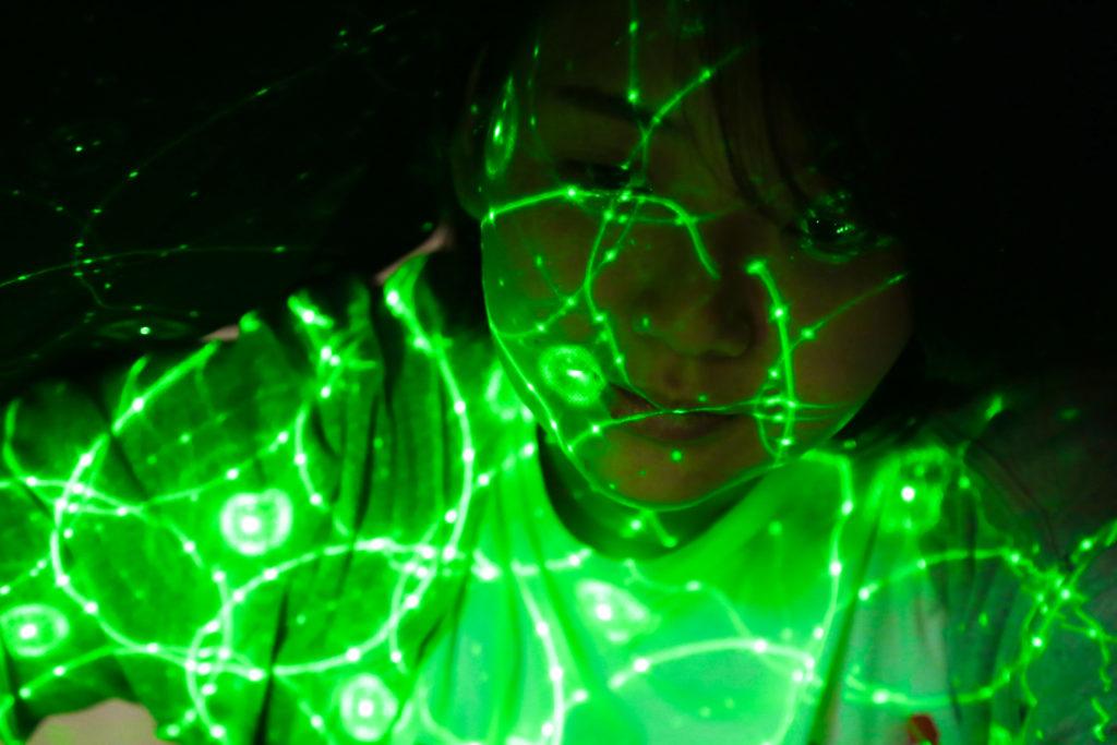 顔にレザーライトを当てて撮影した写真