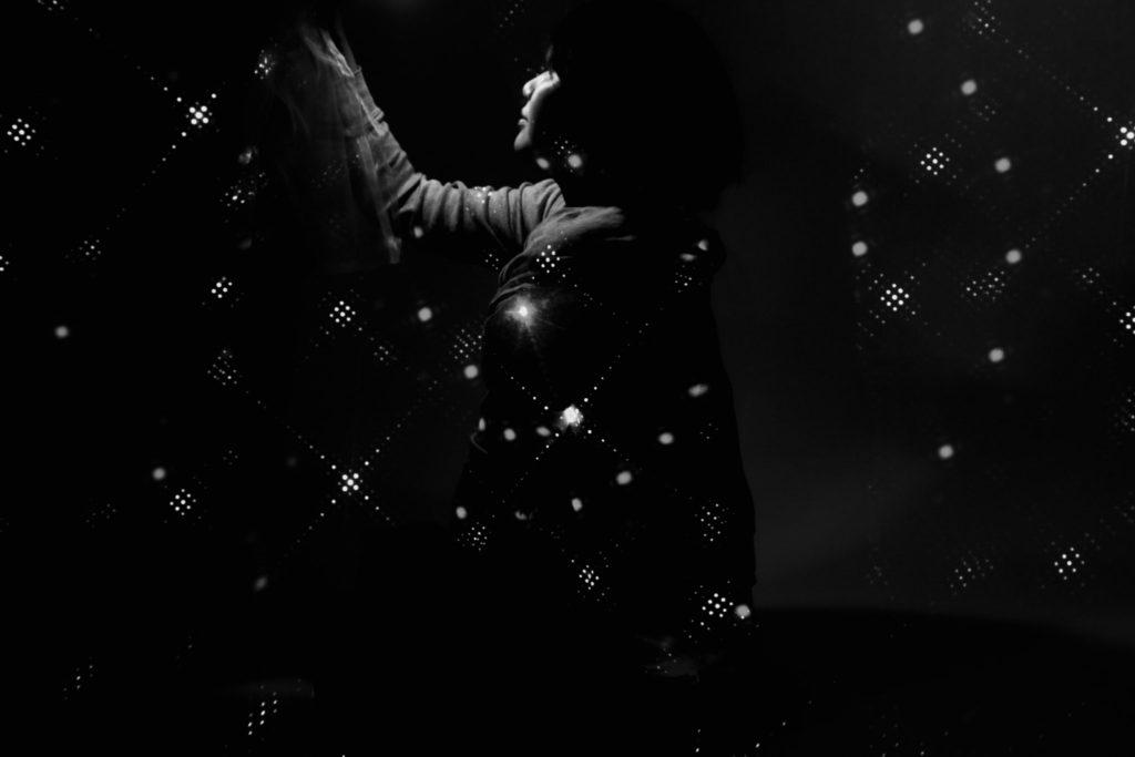 レザーライトをバック紙に投影した写真