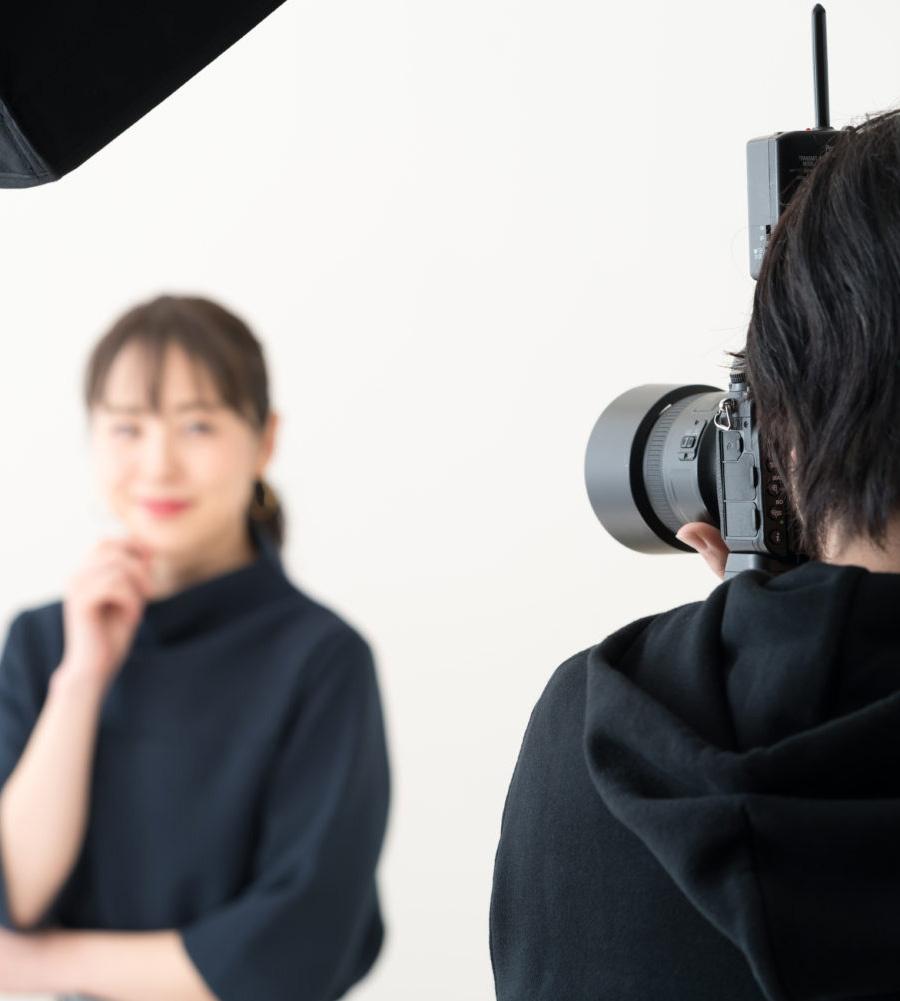 写真スタジオで写真を撮影している様子