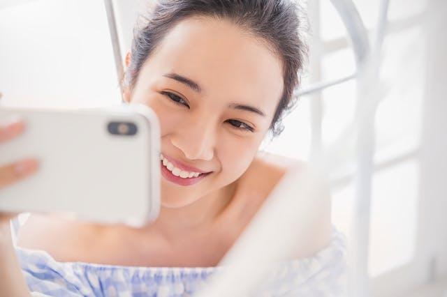 携帯で自撮りをする女性の様子