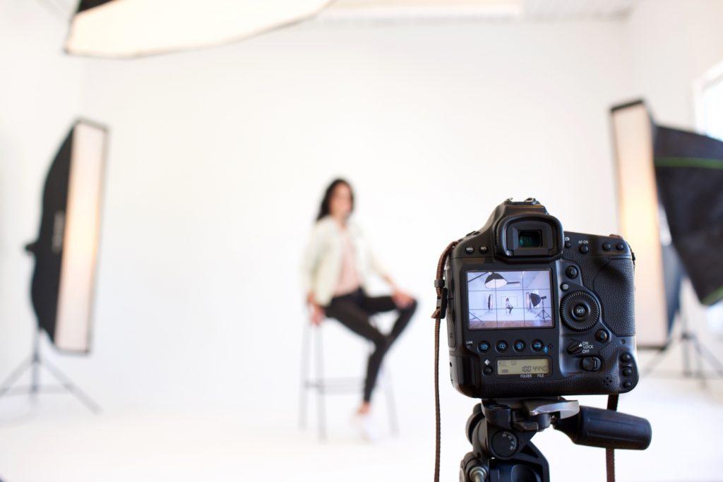 写真スタジオで撮影をしている女性