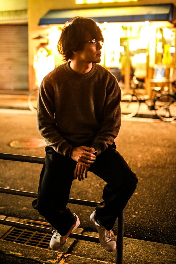 ロケで撮影した男性のアーティスト写真