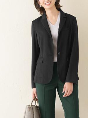 ジャケットありのオフィスカジュアルスタイルの写真