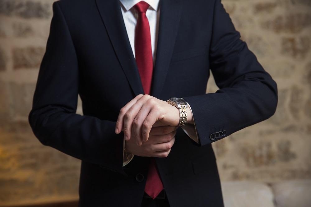 赤いネクタイの男性