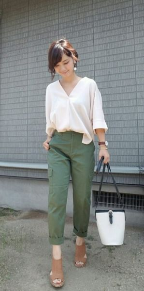 緑のズボンを穿いた女性の写真