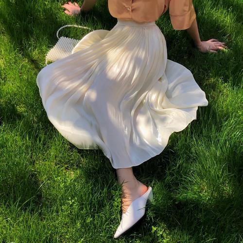 光沢感のあるフフレアスカートの写真