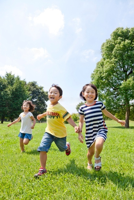 緑を走る子供